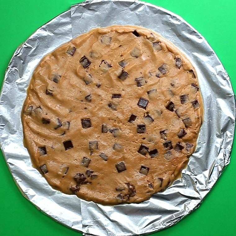 chocolate-chip-cookie-dough-pizza2