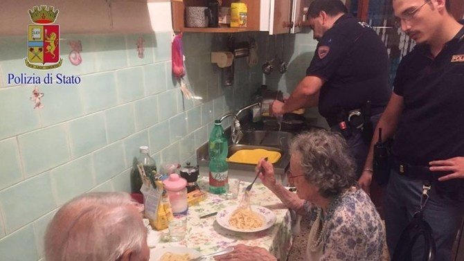 police-officers-help-elderly-couple1