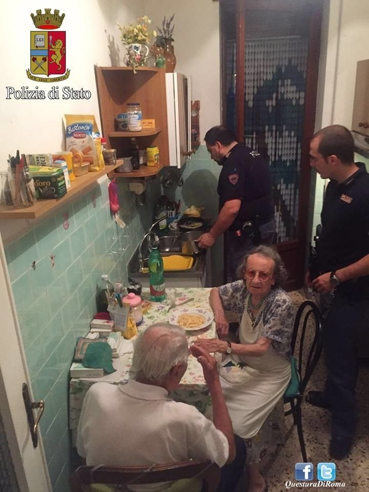 police-officers-help-elderly-couple2